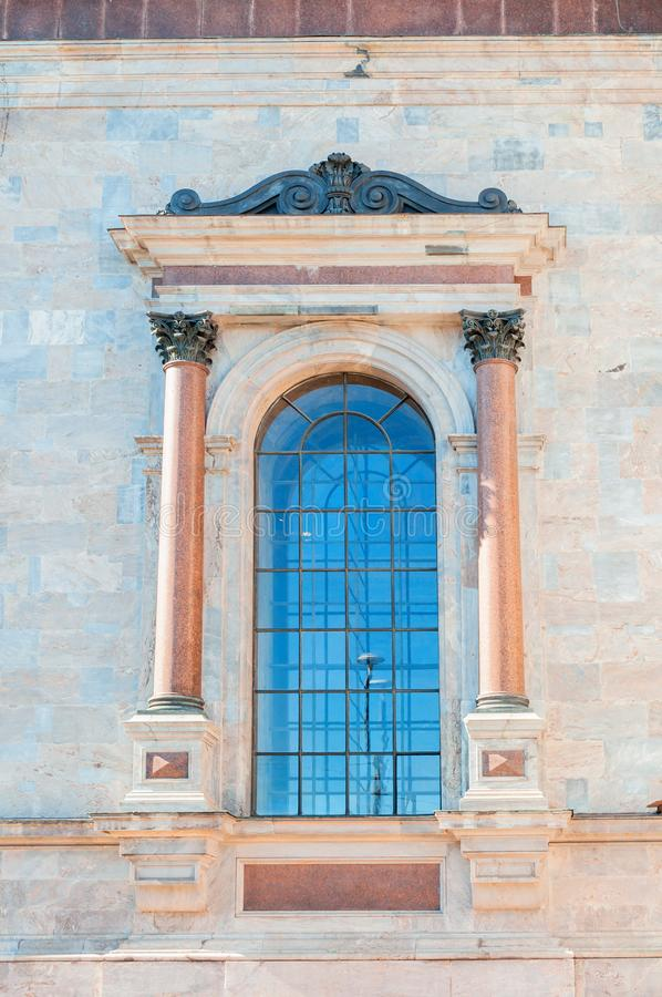 St Petersburg, Rusland Venster van St Isaacs Kathedraal met beeldhouwwerkdetails stock foto