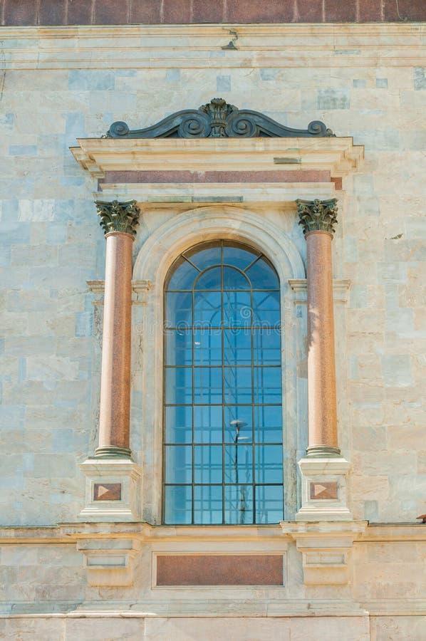 St. Petersburg, Rusland - venster van St Isaacs Kathedraal met beeldhouwwerkdetails royalty-vrije stock foto's