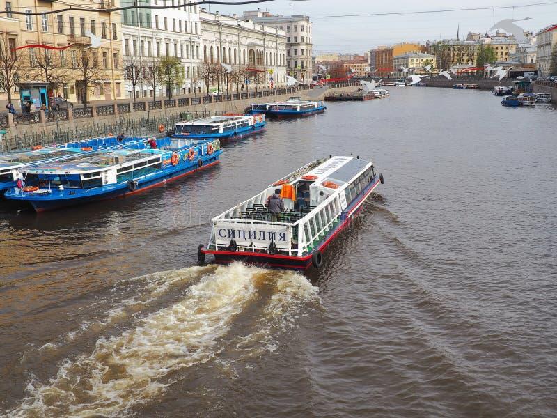 St Petersburg, RUSSIA – 1° maggio 2019: Argine del fiume di Fontanka non lontano dal ponte di Anichkov e dalla prospettiva di Nev immagini stock libere da diritti