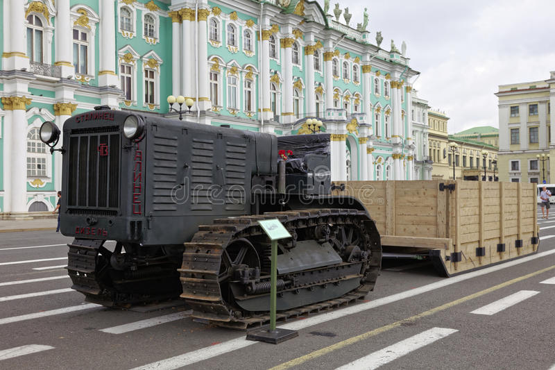 ST PETERSBURG, RUSSIA - 11 AGOSTO 2017: Attrezzature e carri armati militari sovietici originali sul quadrato del palazzo, St Pet fotografia stock libera da diritti