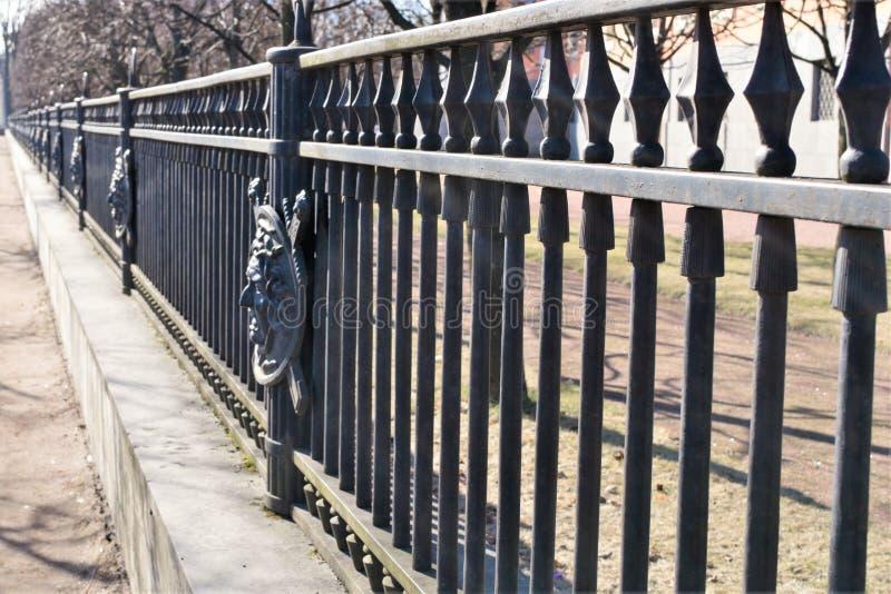 St Petersburg, Russia, aprile 2019 Vista di prospettiva del recinto del parco del castello di Mikhailovsky fotografie stock