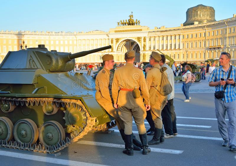 Soldiers in uniform during the second world war cost about a light tank T-70 amid the General Staff Arch royalty free stock photos