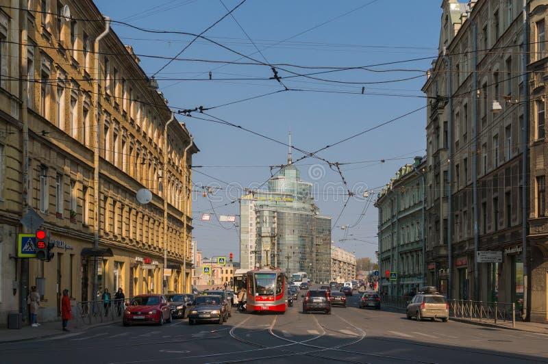 St Petersburg Russia-04 26,2019: Cityscape med bilar och spårvagnstationen Trafikljus som förbjuder trafik elektriska tr?dar arkivbild