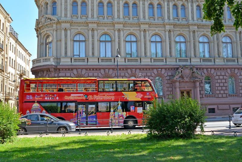 ST petersburg russia Den röda sightbussen för dubbeldäckaren går på den Admiralteyskaya invallningen royaltyfri fotografi
