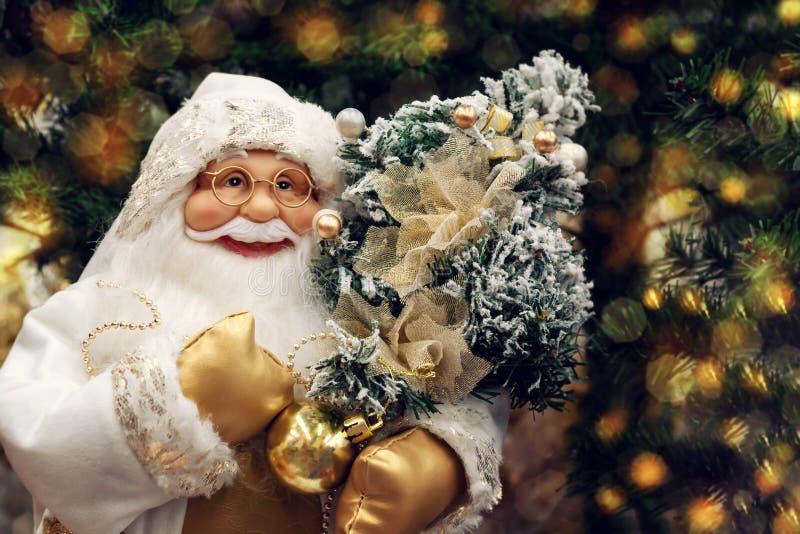 St Petersburg, Russia - 25 dicembre 2019: Burattino di Santa Claus sui precedenti dell'Natale meravigliosamente decorato immagini stock libere da diritti