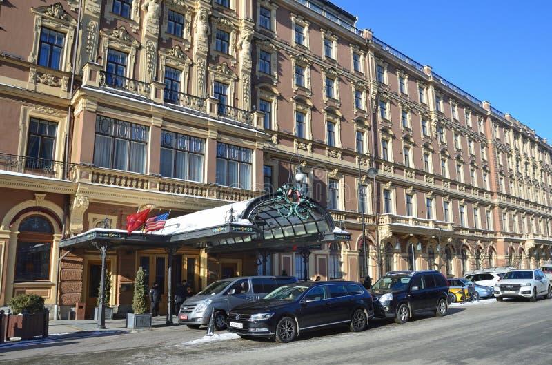 St Petersburg, Russia, 27 febbraio, 2018 Le automobili sono parcheggiate ` di Europa dell'hotel del ` dell'hotel al grande a St P immagine stock libera da diritti
