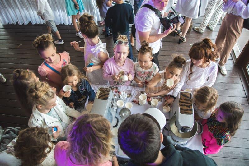 St Petersburg, Russia - giugno 2018: Bambini alla riunione del partito intorno all'attesa a macchina del gelato per avere loro pa fotografia stock
