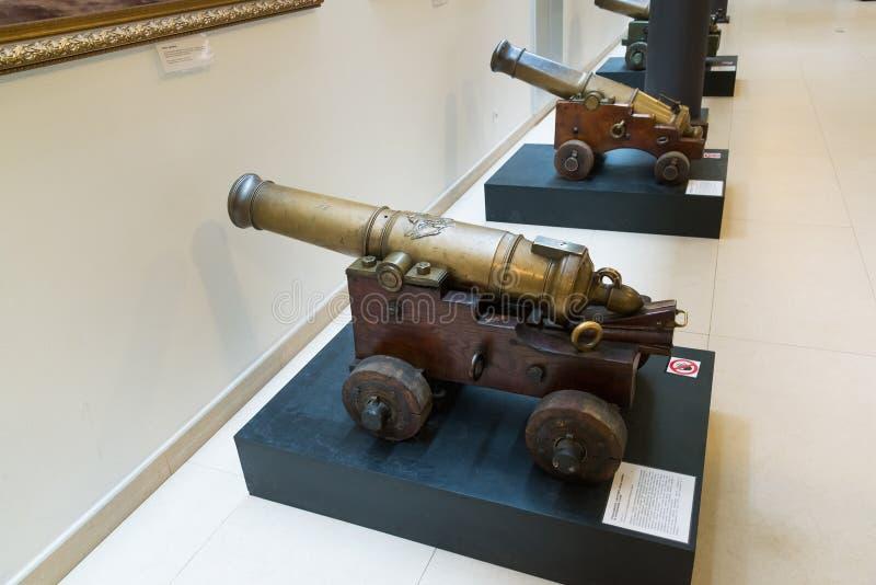 St Petersburg, Russia - 2 giugno 2017 Cannone antico in museo navale nelle caserme di Kryukov fotografia stock libera da diritti