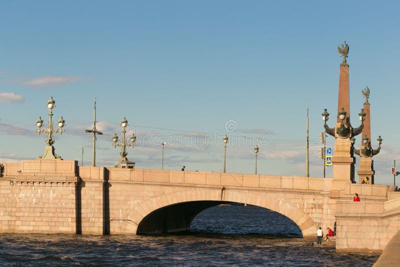 St Petersburg, Russia - 28 giugno 2017: ponte automatico attraverso Neva River a St Petersburg immagini stock