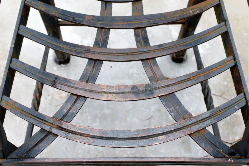 St Petersburg, Russia, il 10 marzo 2019 Sedia insolita del metallo di Seat nel cortile della fortezza fotografia stock libera da diritti