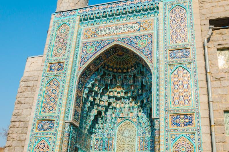 St Petersburg, Russia - 04 26 2019: La moschea della cattedrale L'entrata alla moschea della cattedrale è decorata con i medaglio fotografie stock