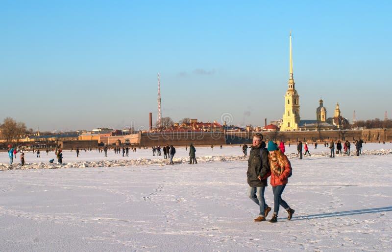 St Petersburg, Russia - 5 marzo 2017: Peter e Paul Fortress nell'inverno La gente sta camminando lungo il ghiaccio del Neva fotografie stock libere da diritti