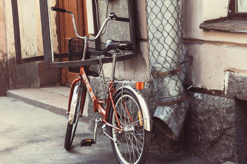 St Petersburg, Russia, 08 05 2018: Parco rosso della bicicletta di oldschool fotografie stock