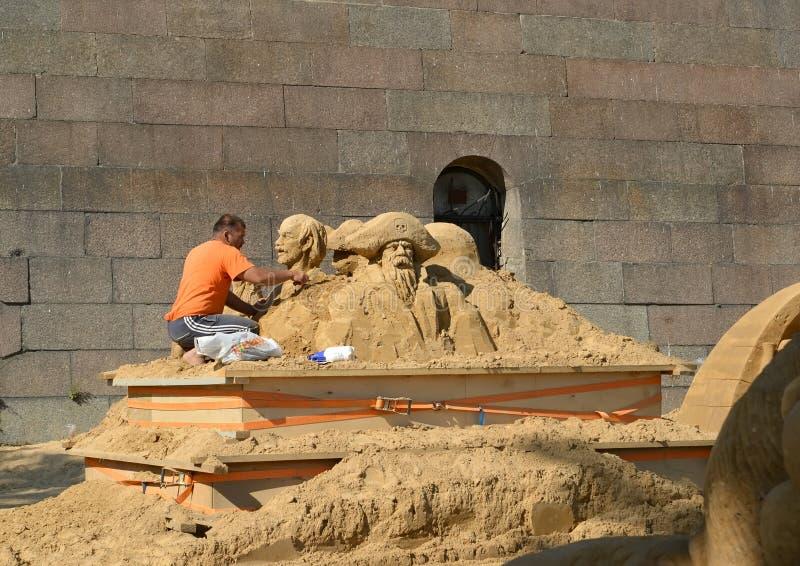 ST petersburg Russia Rzeźbiarz ciie out popiersie od piaska obraz royalty free