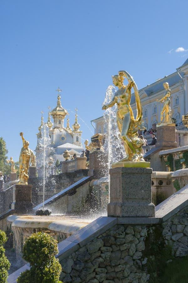 St Petersburg, RUSSIA-28 Sierpień, 2016 Fontanny Duża kaskada w Peterhof obraz royalty free