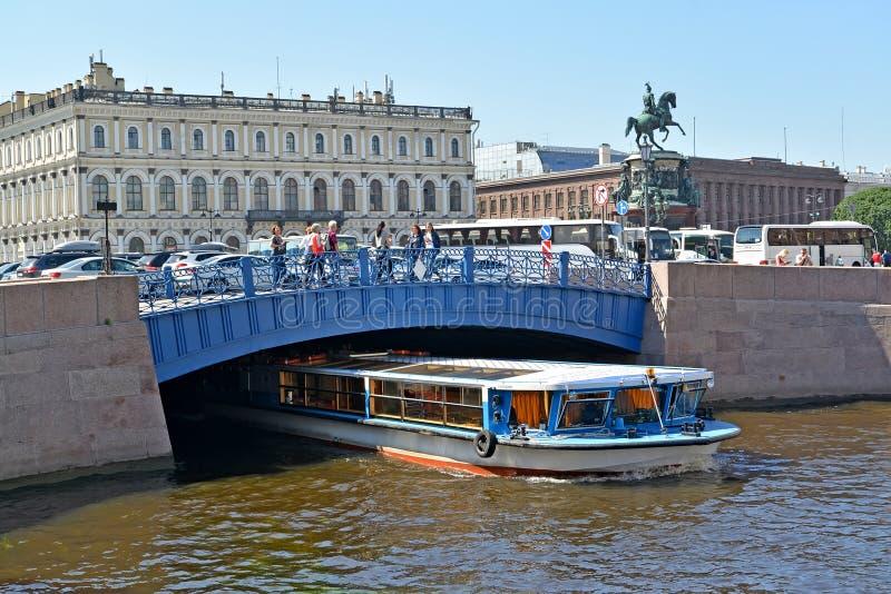 ST petersburg Russia Wycieczkowy statek przechodzi pod błękita mostem przez Moika rzeki zdjęcie royalty free