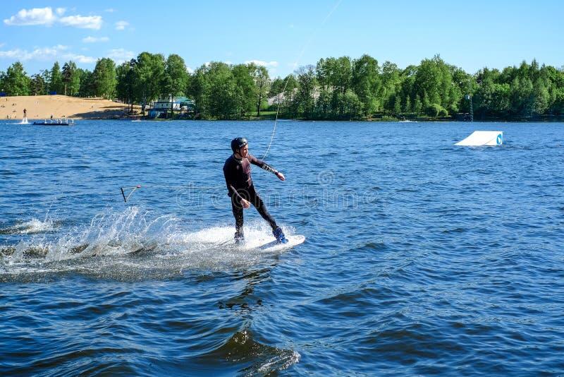 St Petersburg Russie 05 19 2018 Activités de navigation et de l'eau de planche à voile photos stock