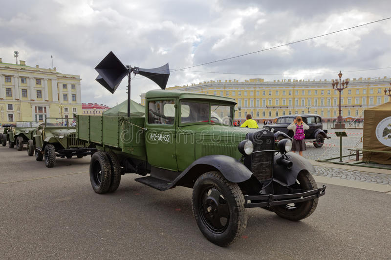 ST PETERSBURG, RUSSIE - 11 AOÛT 2017 : Équipement et réservoirs militaires soviétiques originaux sur la place de palais, St Peter images stock