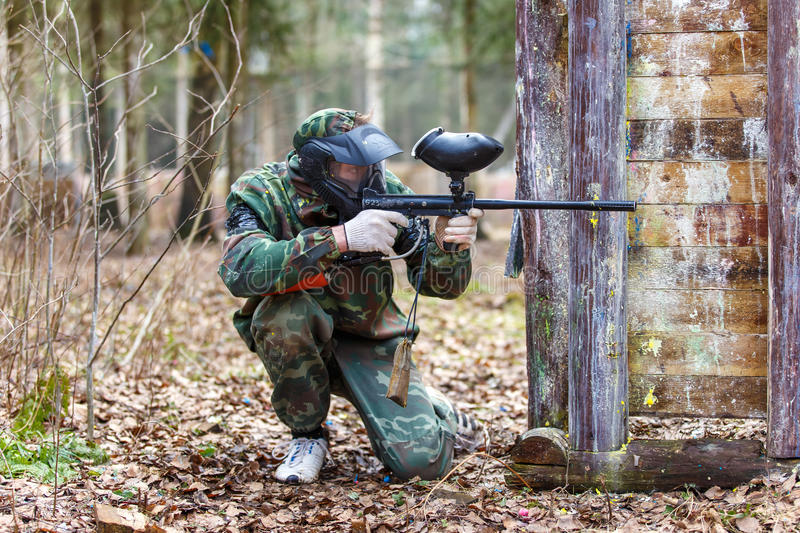 St Petersburg, Russie - 10 avril 2016 : Tournoi d'étudiant de Paintball d'université de Bonch Bruevich dans le club de Snaker photo stock