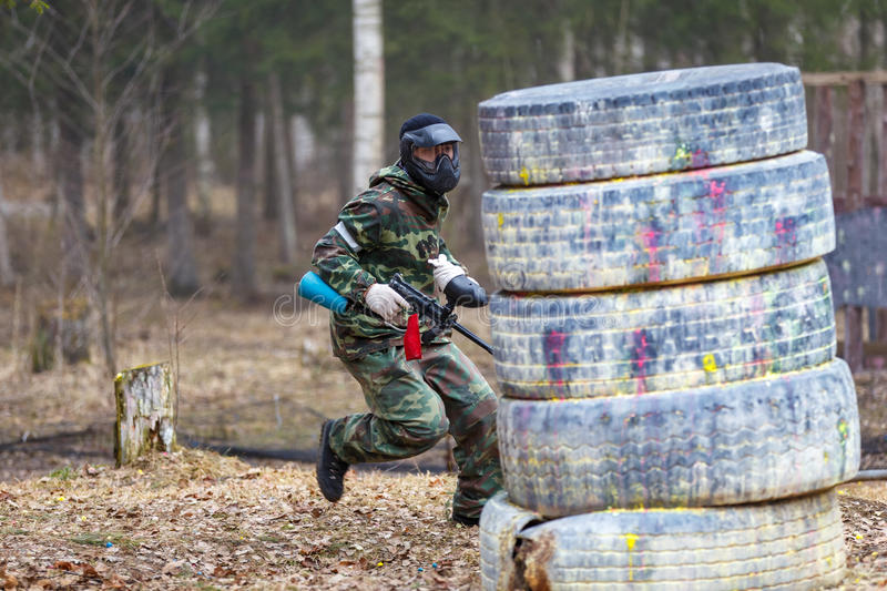 St Petersburg, Russie - 10 avril 2016 : Tournoi d'étudiant de Paintball d'université de Bonch Bruevich dans le club de Snaker image libre de droits
