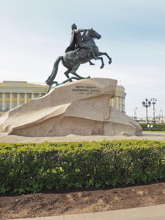 St Petersburg, RUSSIE – 1er mai 2019 : Monument en bronze célèbre de cavalier contre le ciel bleu Sculpture de Peter le grand images stock