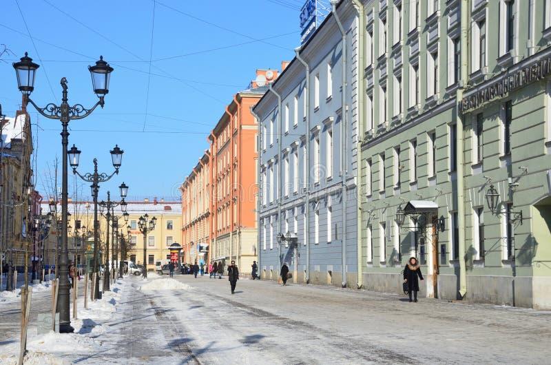 St Petersburg, Russie, février, 27, 2018 Les gens marchant sur la rue de Malaya Konyushennaya en hiver à St Petersburg dans le jo photo stock