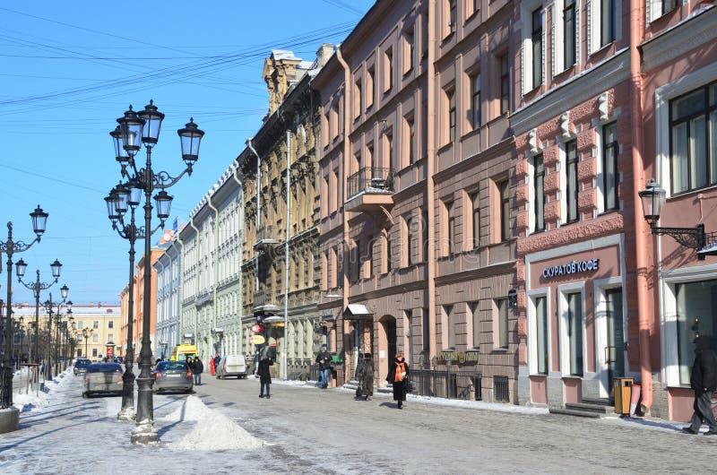 St Petersburg, Russie, février, 27, 2018 Les gens marchant sur la rue de Malaya Konyushennaya en hiver à St Petersburg dans le we image stock