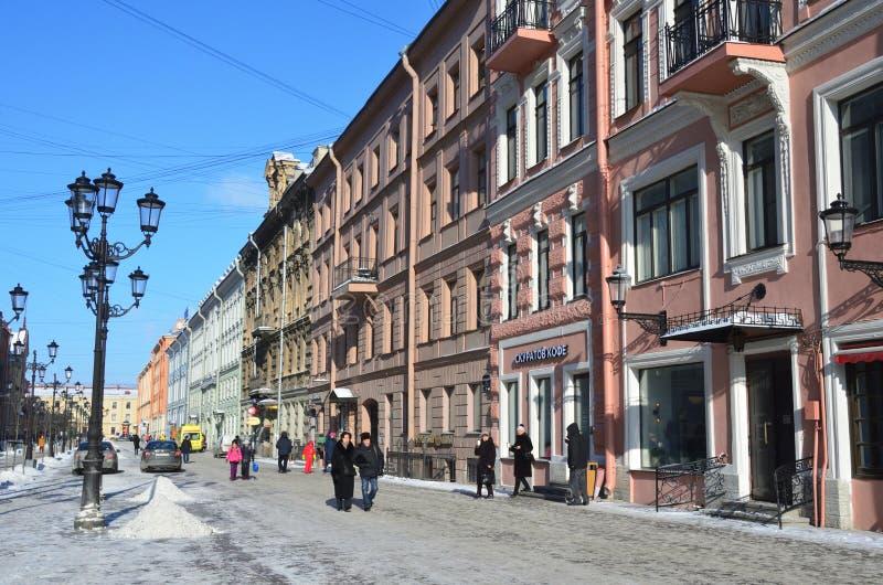 St Petersburg, Russie, février, 27, 2018 Les gens marchant sur la rue de Malaya Konyushennaya en hiver à St Petersburg dans le we photo stock