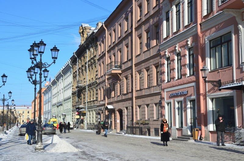 St Petersburg, Russie, février, 27, 2018 Les gens marchant sur la rue de Malaya Konyushennaya en hiver à St Petersburg dans le we images stock