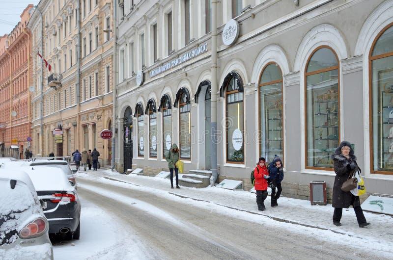 St Petersburg, Russie, février, 22, 2018 Personnes dans la neige marchant sur la rue de Malaya Konyushennaya en hiver à St Peters photographie stock
