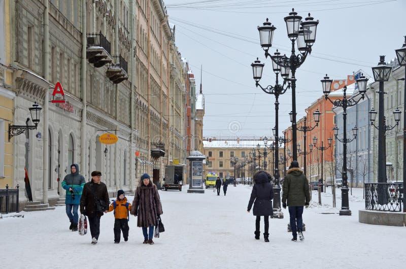 St Petersburg, Russie, février, 22, 2018 Personnes dans la neige marchant sur la rue de Malaya Konyushennaya en hiver à St Peters image libre de droits