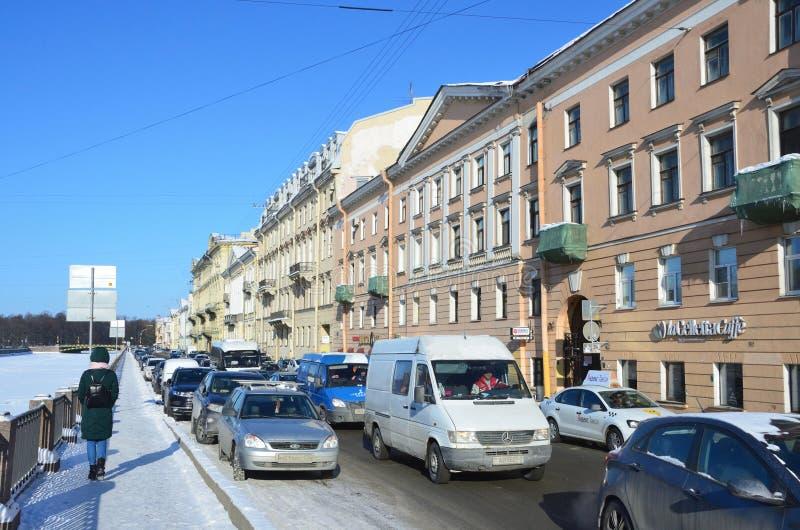 St Petersburg, Russie, février, 27, 2018 St Petersbourg, un embouteillage sur le remblai de la rivière de Fontanka en hiver Hou images libres de droits