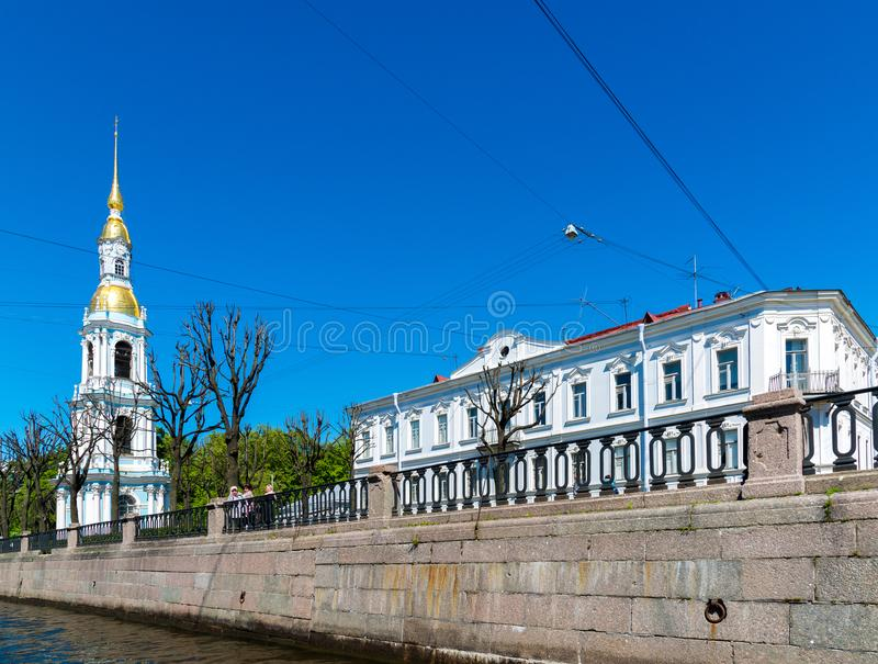 St Petersburg, Russie - 4 juin 2017 Beffroi de maison de clergé d'amd de St Nicholas Naval Cathedral photo stock