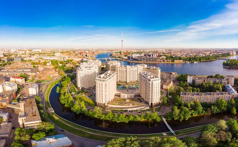 ST PETERSBURG, RUSSIE - 3 juin 2019 : Belle vue supérieure aérienne à la rive complexe résidentielle de nouvelle élite sur photographie stock