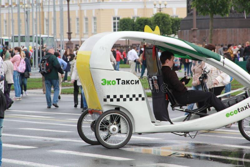 St Petersburg, Russie 12 juin 2015 : Ecotaxi sur la place de palais photo stock