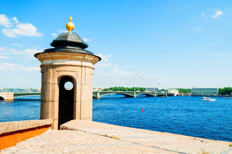 St Petersburg, Russie La région de l'eau de la rivière de Neva avec le pont de trinité sur le fond, paysage de ville photos libres de droits