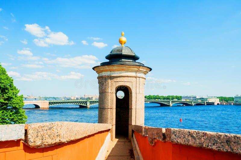 St Petersburg, Russie La région de l'eau de la rivière de Neva avec le pont de trinité sur le fond photo stock