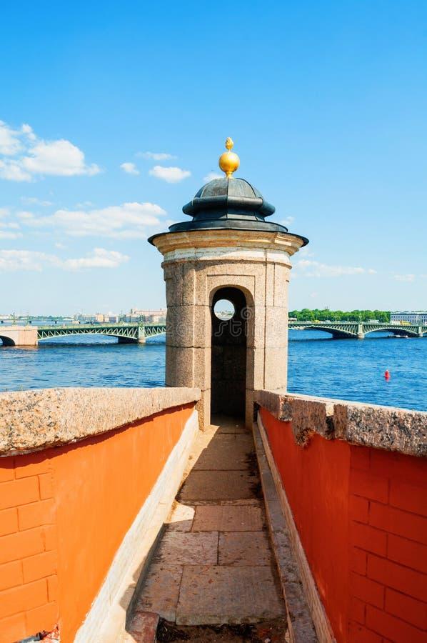 St Petersburg, Russie La région de l'eau de la rivière de Neva avec le pont de trinité sur le fond photos libres de droits