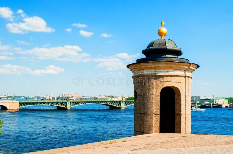 St Petersburg, Russie La région de l'eau de la rivière de Neva avec le pont de trinité sur le fond - vue d'été photos stock