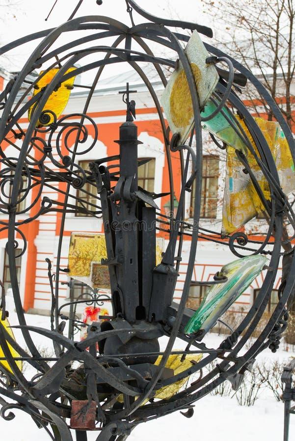 St Petersburg, Russie, le 2 janvier 2019 Sculpture dépeignant les vues de la ville du fer travaillé image libre de droits