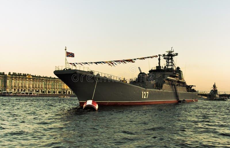 St Petersburg, Russie, le 29 juillet 2018 Bateau militaire russe sur le défilé en l'honneur du jour de marine photo stock