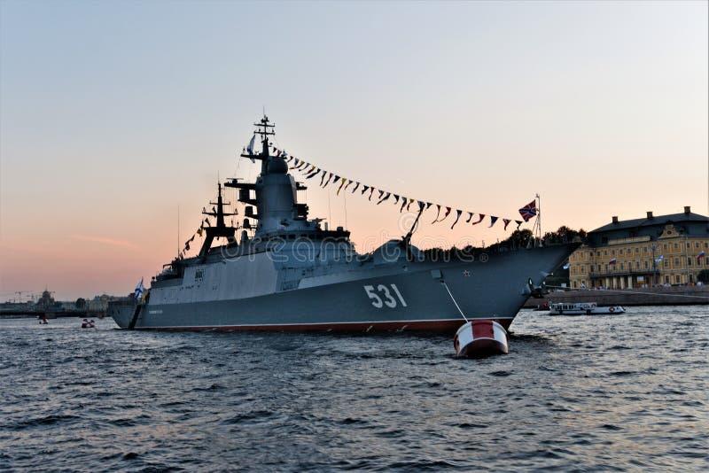 St Petersburg, Russie, le 29 juillet 2018 Navire de guerre russe avec des armes d'artillerie et de fusée sur le défilé le jour de photographie stock