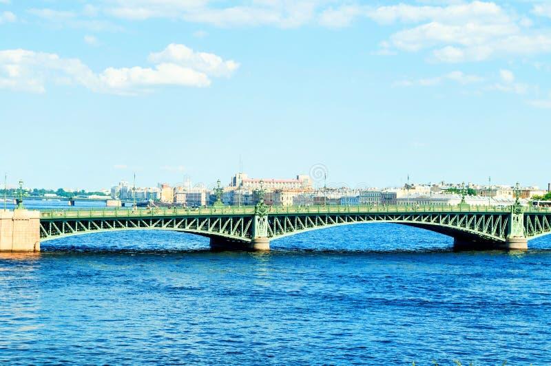 St Petersburg, Russie Le secteur de l'eau de la rivière de Neva et du pont de trinité, paysage de voyage de St Petersburg photo libre de droits