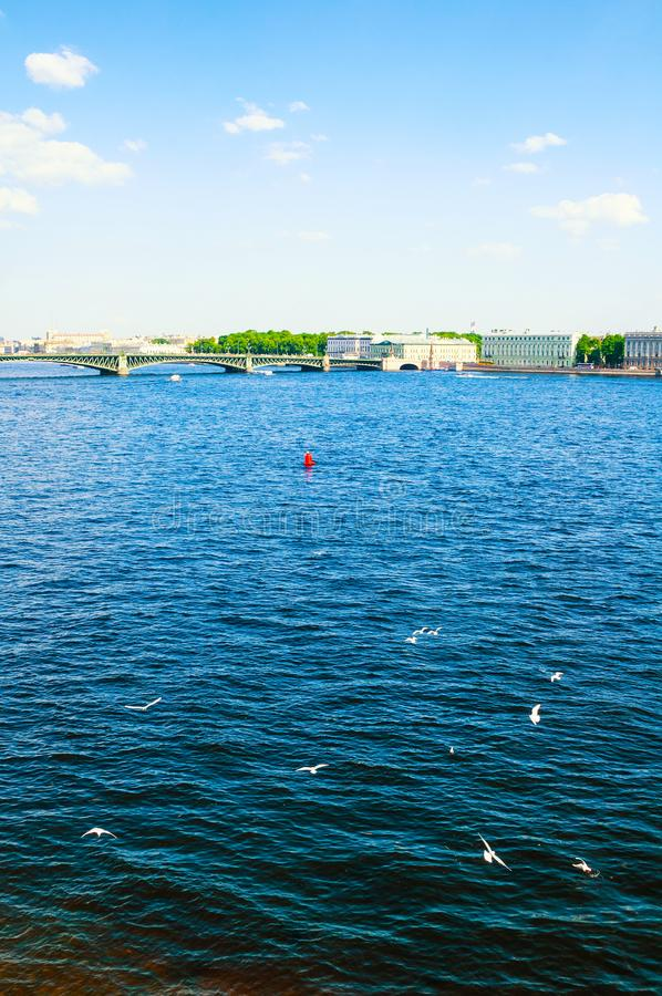 St Petersburg, Russie Le secteur de l'eau de la rivière de Neva et du pont de trinité, paysage de voyage de St Petersburg images libres de droits