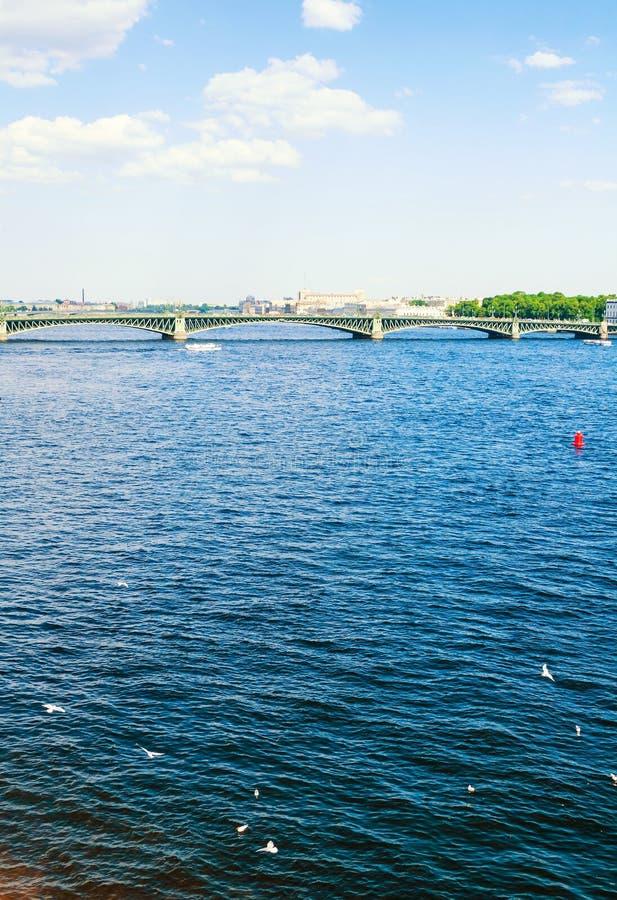 St Petersburg, Russie Le secteur de l'eau de la rivière de Neva et du pont de trinité, paysage de voyage de St Petersburg photographie stock