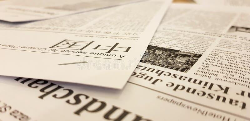ST PETERSBURG, RUSSIE : Les journaux dans le Chinois sont sur la table en vrac au le 2 février 2019 photographie stock