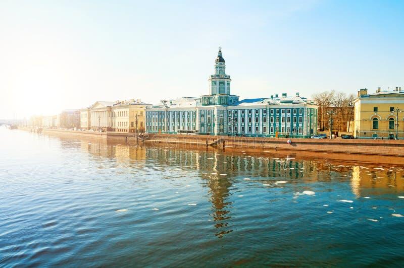 St Petersburg, Russie - paysage de ville Bâtiment de Kunstkamera au remblai d'université de la rivière de Neva photographie stock libre de droits