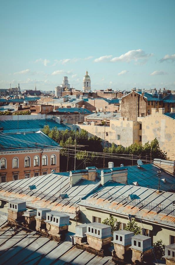 St Petersburg, Russie, septembre 2018 : Beau paysage urbain Vue de dessus de toit sur Vladimir Church et de vieux bâtiments dans image stock