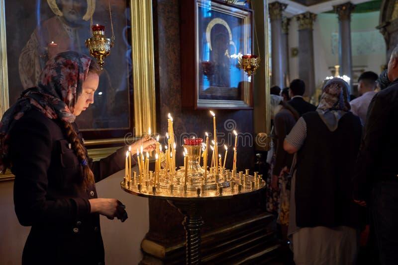 ST. PETERSBURG, RUSSIE - 12 septembre 2019 : Préparer une procession religieuse, un croyant inconnu allume une icône dans le Kaz image stock