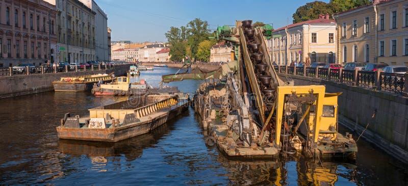 St Petersburg, Russie - 24 septembre 2017 : Travaillez pour approfondir le fond dans le canal de la rivière urbaine Moika images libres de droits